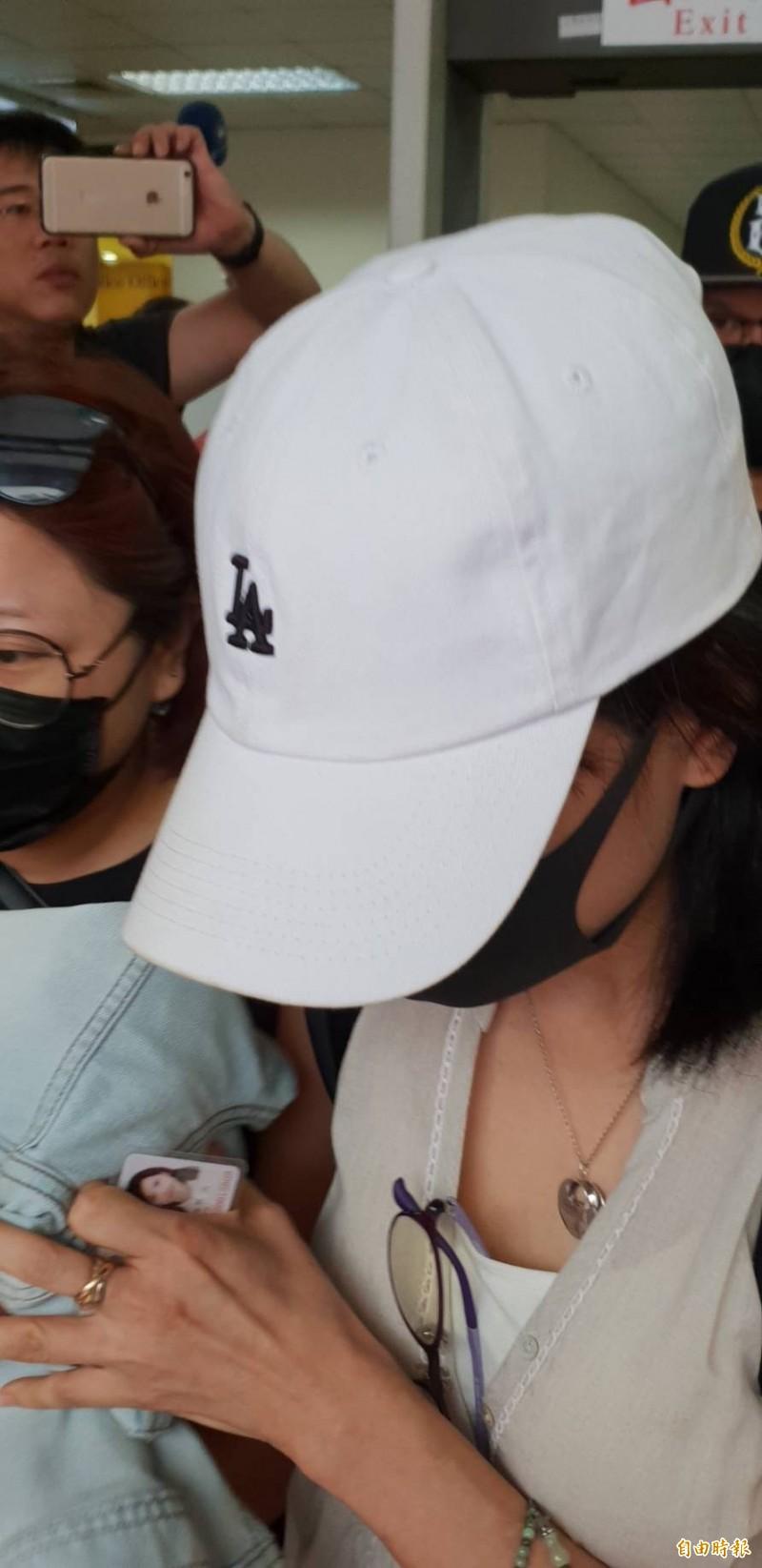 前職棒球星王傳家被妻子胡文玲控告和女粉絲通姦,胡女今赴高院涙訴一審判王無罪,「對我不公平」。(記者楊國文攝)