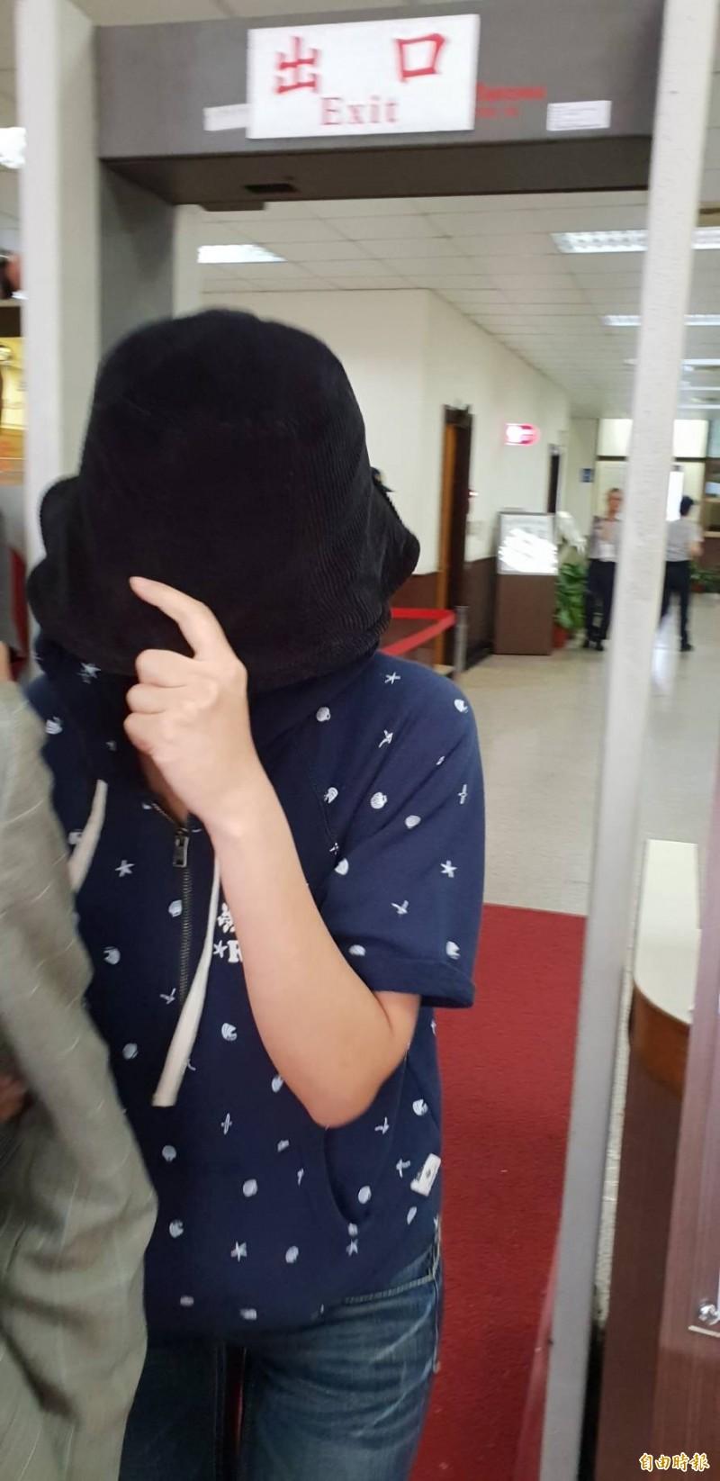 被控和王傳家通姦的杜姓女粉絲,今在高院庭訊後全身包得緊緊,快步離去。(記者楊國文攝)