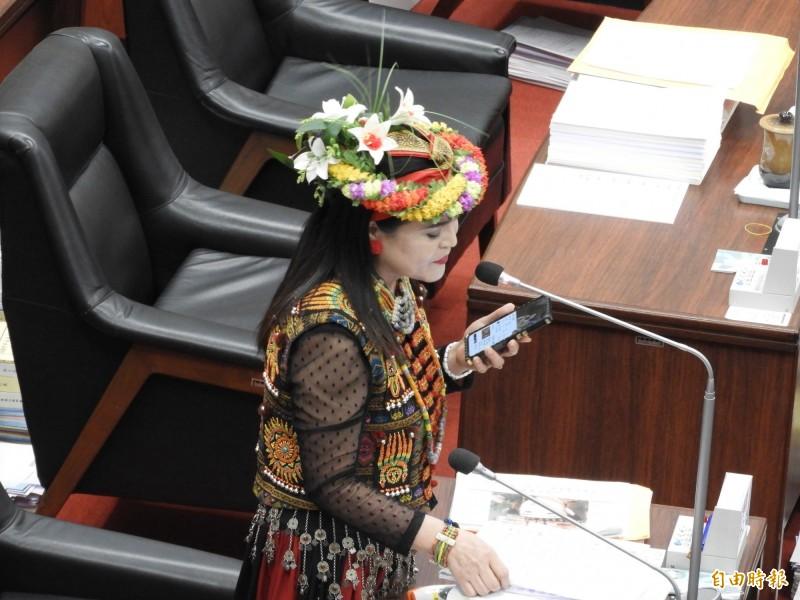 國民黨原住民議員唐惠美在議場唱起老歌《讀你》。(記者葛祐豪攝)