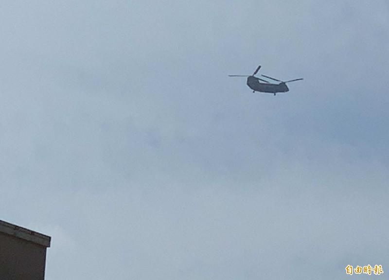 漢光預演,國軍雙螺旋槳直升機在中部低空盤旋,巨大的機體吸引民眾目光。(記者湯世名攝)