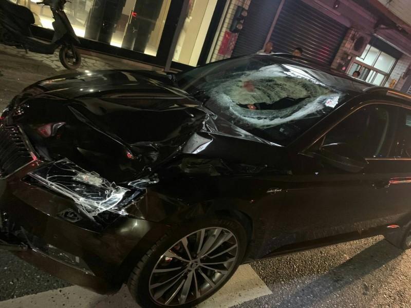 警方估計肇事車輛當下時速超過70公里,引擎蓋因猛烈撞擊凹陷,前擋風玻璃碎裂還留有男童血跡。(記者王峻祺翻攝)
