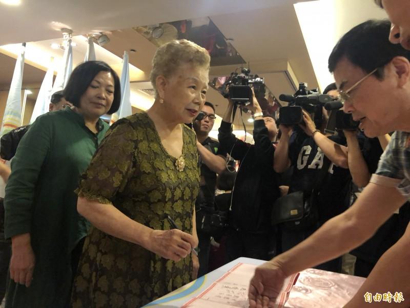 高雄市長韓國瑜日前斷言台北市長柯文哲一定會出來選2020;對此,柯媽媽今天反問:「韓國瑜自己更好不是嗎?不要講這樣,太『豪洨』了!」(記者陳昀攝)