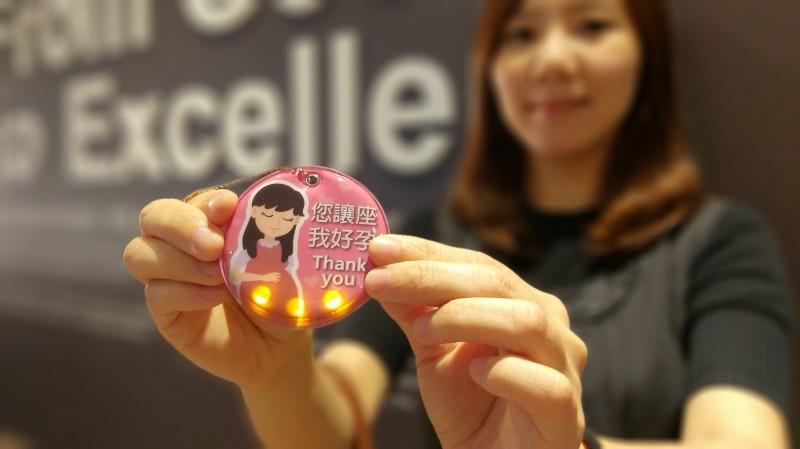 北捷推出2萬枚LED「好孕吊飾」,符合身分資格者可免費領取。(台北捷運公司提供)