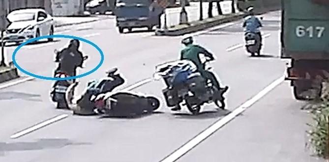陳婦摔倒在地,接著有機車(藍色圈圈)為閃過陳婦飛快通過。(民眾提供)