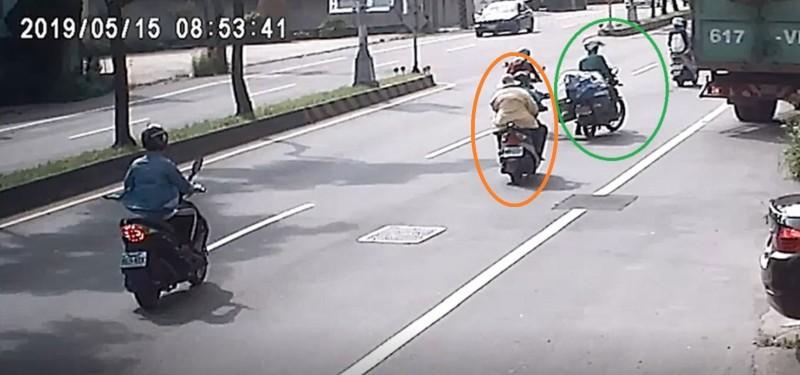 郵差(綠色圈圈)因為看到貨車倒車,機車閃到外側車道,後方是陳姓夫妻機車(橘色圈圈)。(民眾提供)