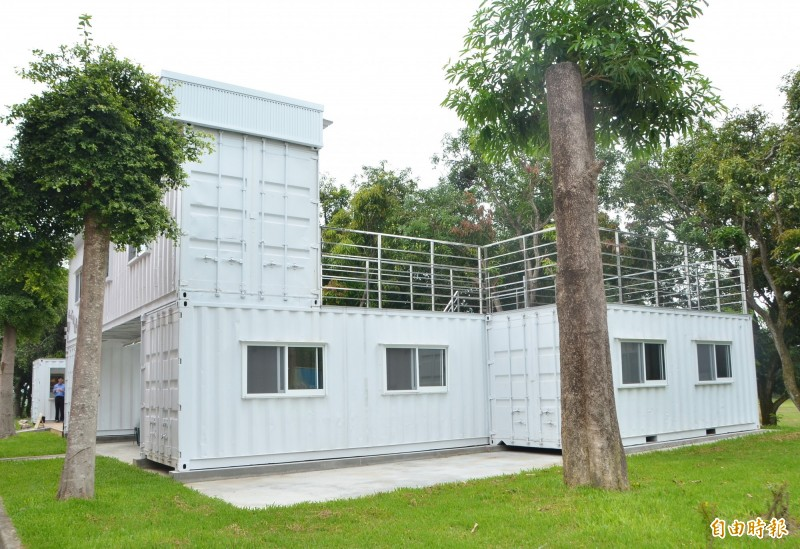 藝源地以二手貨櫃屋打造,是創作與展示的全新空間。(記者吳俊鋒攝)
