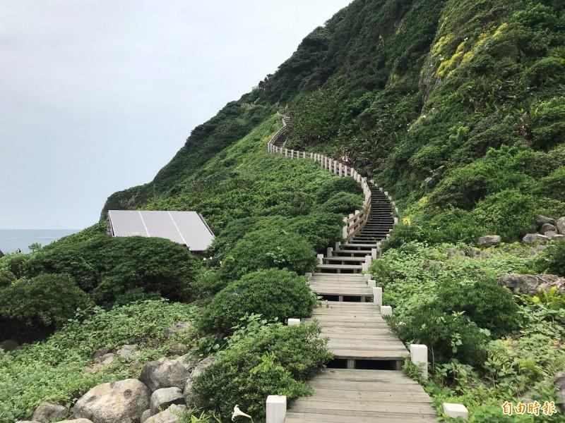 基隆嶼步道可三百六十度俯看濱海環景。(記者林欣漢攝)
