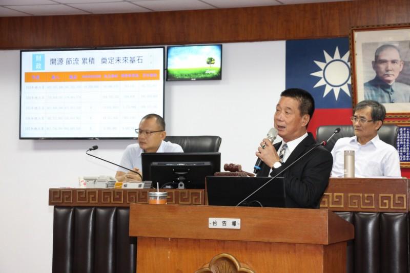 台東市長張國洲在施政報告中指出市公所保持零負債。(記者黃明堂翻攝)