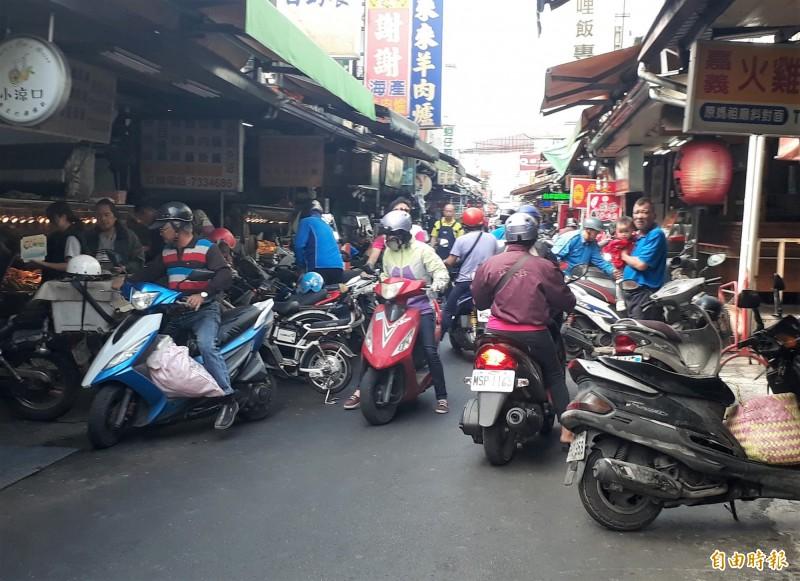 屏東縣機車密度全國之冠,人車爭道是生活日常。(記者侯承旭攝)