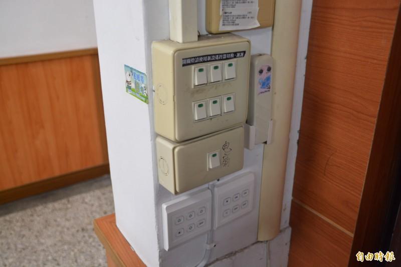 花蓮市公所安裝節電觸控系統,可設定控制照明時間及亮度。(記者王峻祺攝)