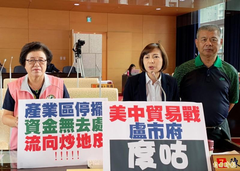台中市議員陳淑華(中)、邱素貞(左)、蕭隆澤(右)抨擊市府缺乏引導台商投資機制。(記者張菁雅攝)
