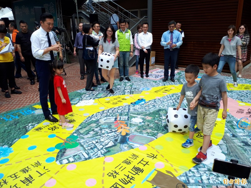 真人版大富翁出現在新竹市幸福廣場,市長林智堅帶頭玩,讓孩子體驗城市地形地圖,玩竹市不迷路。(記者洪美秀攝)