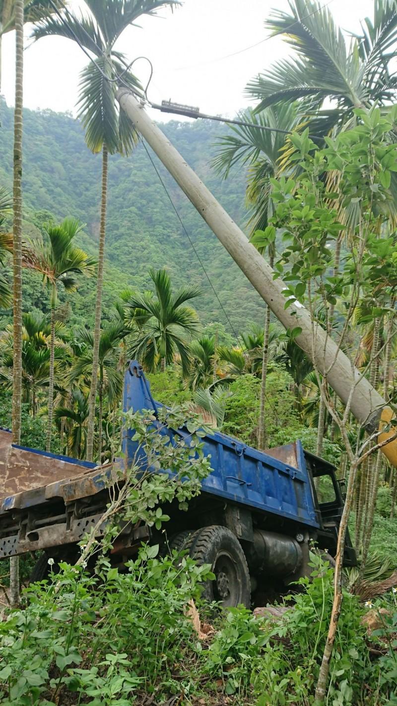 國姓鄉長福村長興林道下午發生拼裝車失控衝落邊坡意外,造成駕駛不幸身亡。(民眾提供)