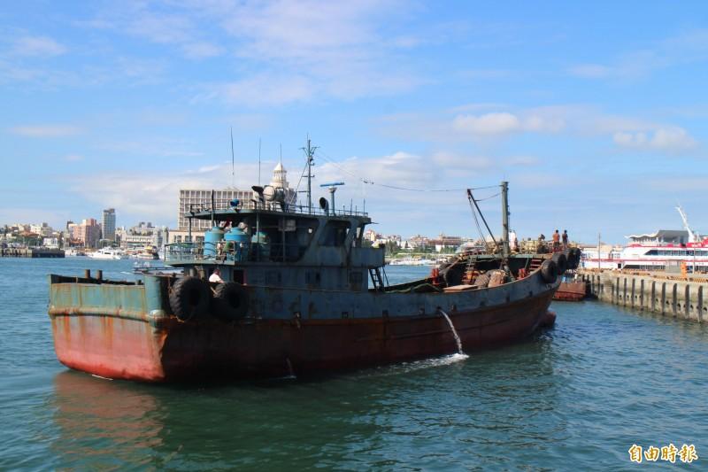 中國進入禁漁期,澎湖海巡隊卻查獲無船名中國油料補給船越界動機可疑。(記者劉禹慶攝)
