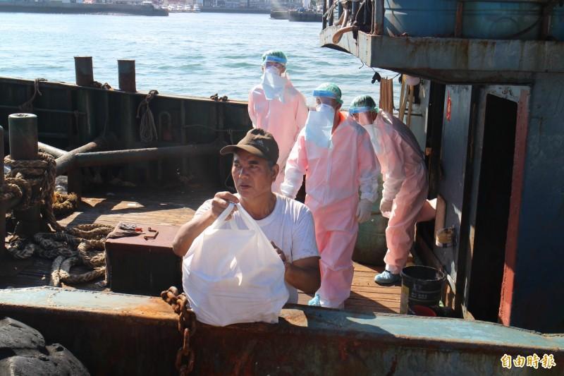 中國油料補給船發現豬肉,澎湖海巡隊員全副武裝頂著高溫全程戒護。(記者劉禹慶攝)