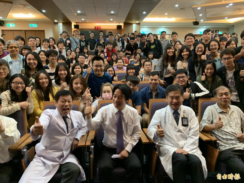賴清德到中山附醫為學生演講,受到熱烈歡迎。(記者蔡淑媛攝)