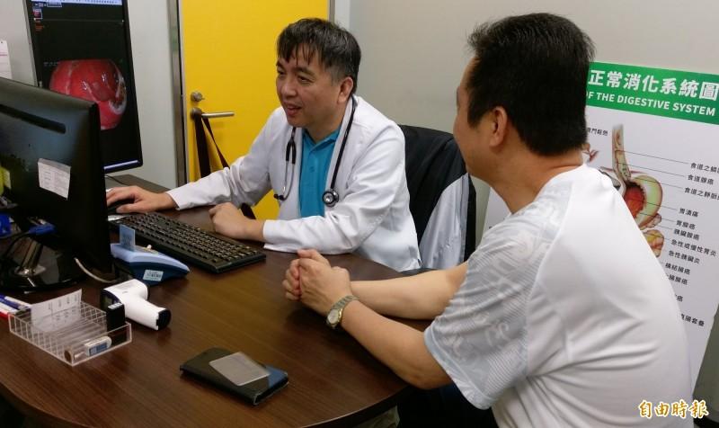 台中一名陳先生(右)罹患C型肝炎,經長安醫院肝膽腸胃科劉春光醫師(左)給予C肝新型口服藥物治療後恢復健康。(記者陳建志攝)