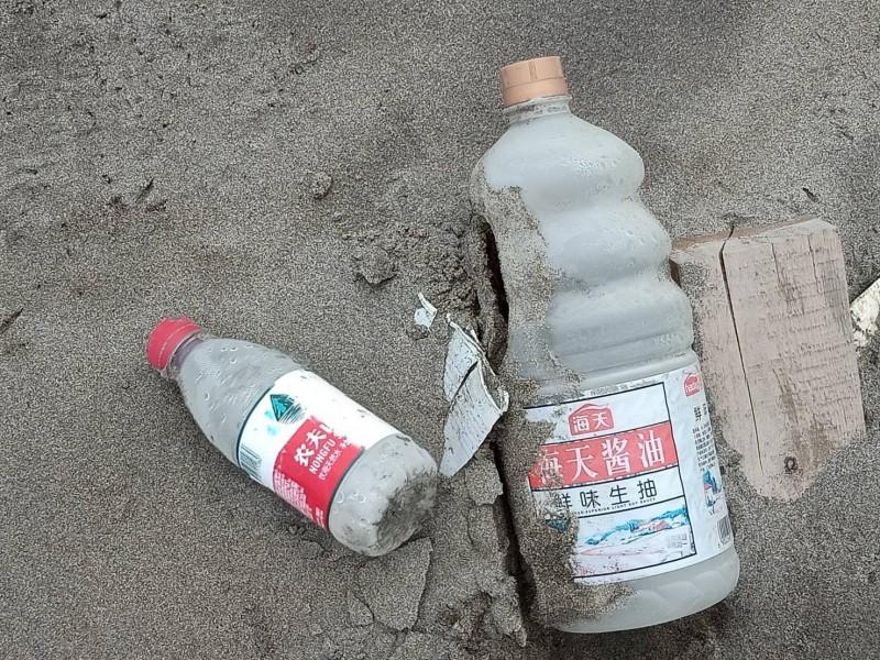 外傘頂洲上來自中國的塑膠容器垃圾。(記者林宜樟翻攝)