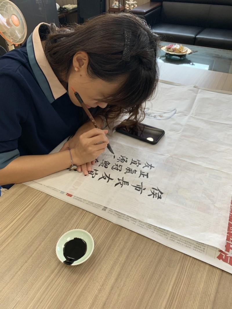 朴子市長吳品叡擅長寫書法字,和彩繪大師蔡龍進一同創作書畫作品給新北市長侯友宜。(記者林宜樟翻攝)