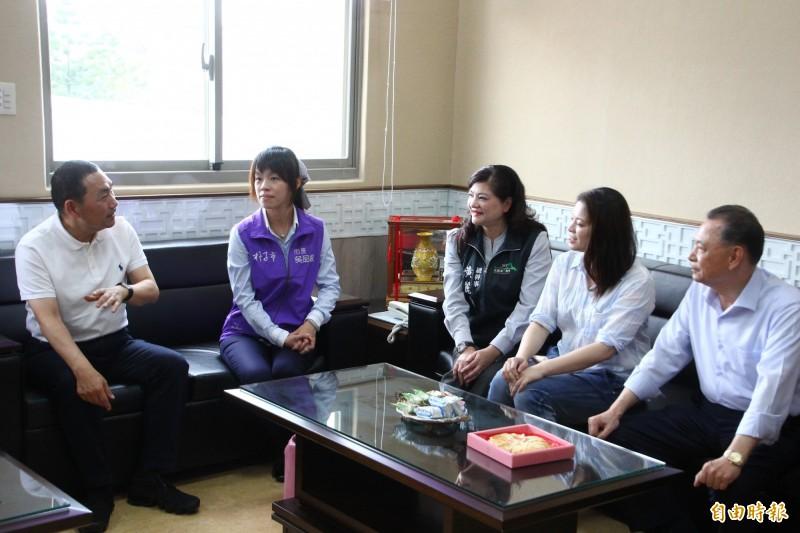 侯友宜(左1)到朴子市公所與朴子市長吳品叡(左2)等人談論家鄉事。(記者林宜樟攝)