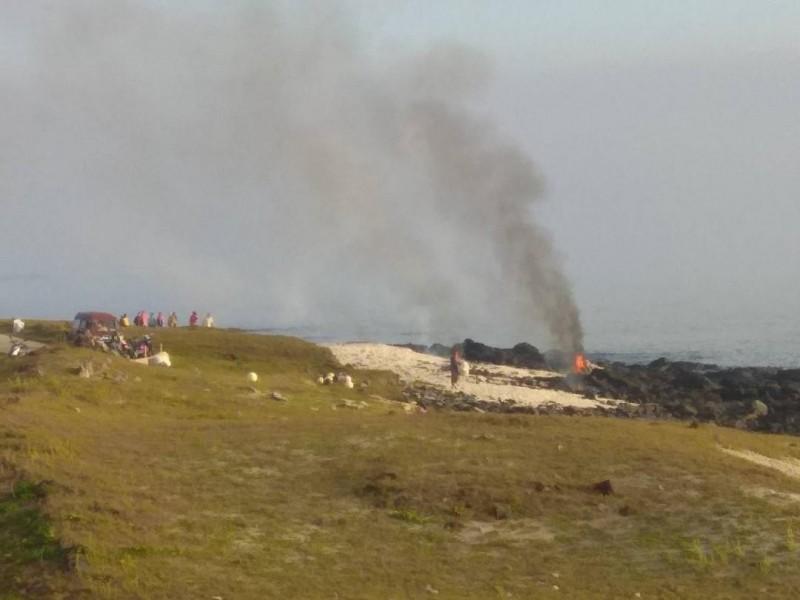 狼煙燃燒的地方,可以看見人影竄動。(遊客提供)