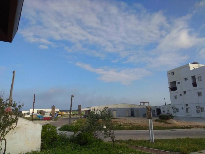 刺鼻的燒塑膠臭味濃煙,伴隨北風吹進吉貝村落。(遊客提供)