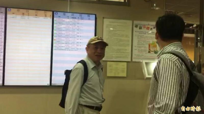 黃越宏(左)出庭後表示:「林朝松後來一直打電話騷擾我」。(記者溫于德攝)