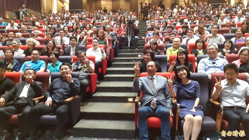 郭台銘(前排右3)今晚在台東演講後,與觀眾合照。(記者黃明堂攝)