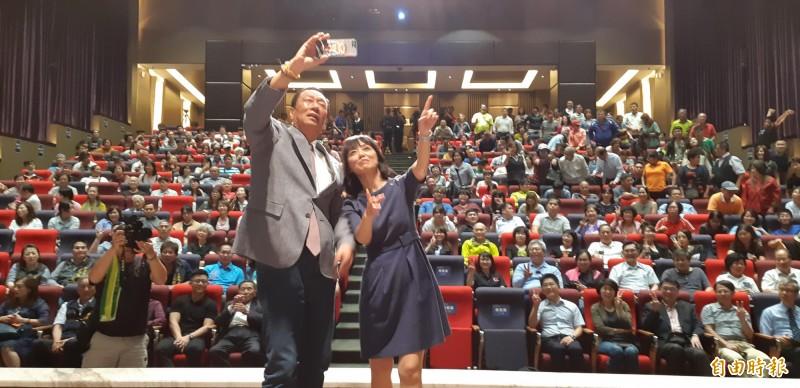 郭台銘演講後與健康家庭文教基金會董事長陳怜燕玩自拍。(記者黃明堂攝)