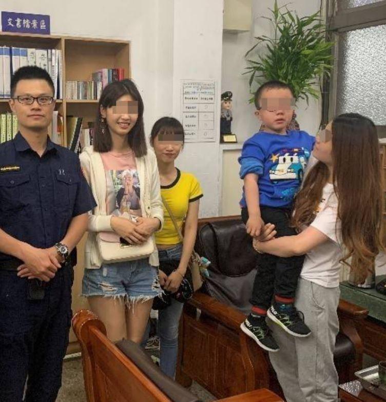 文化大學莊姓、陳姓女大生助警找回走失兒父母(記者劉慶侯翻攝)