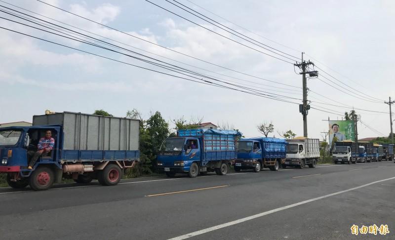 去年台南一期稻作農民排隊賣稻穀給糧商。(資料照)