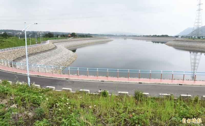 中庄調整池圍堤填築是比照大壩標準設計施工,水域廣達41公頃。(記者李容萍攝)