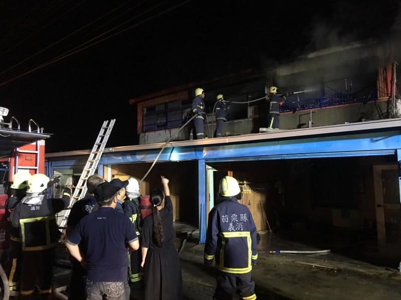 消防隊員迅速撲滅火勢,但屋內73歲殘障老婦仍不幸死亡。(記者鄭名翔翻攝)