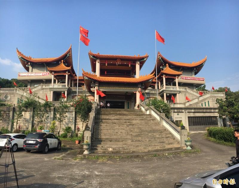 監委陳師孟等人去年11月到「五星寺」現勘。(記者顏宏駿攝)