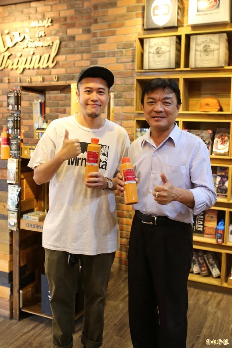 溫鈺瑋(左),除了販售潮牌服飾也引「泰式奶茶」,近日也與潮州鎮長周品全(右)洽談合作,規劃為潮州舉辦首場大型街舞比賽。(記者邱芷柔攝)