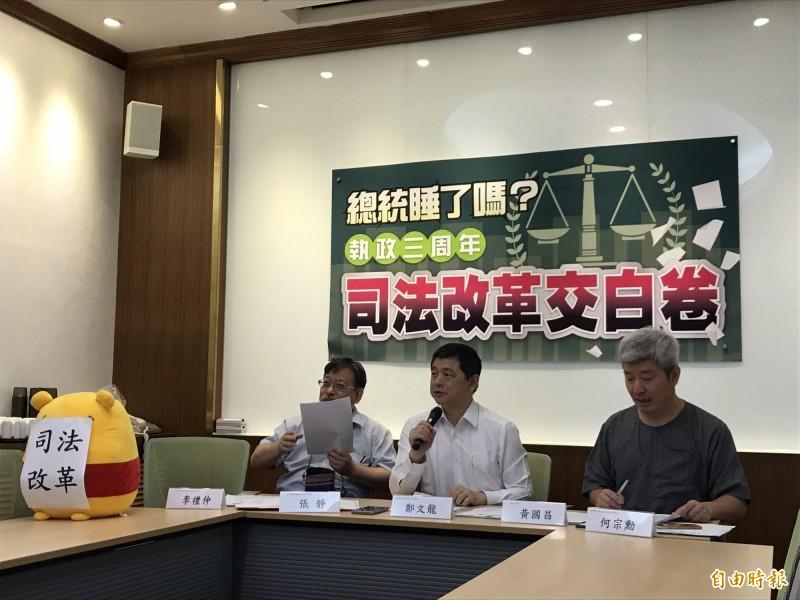 台灣陪審團協會創會長鄭文龍表示,有95%網友對於司法改革成效不滿意。(記者蘇芳禾攝)