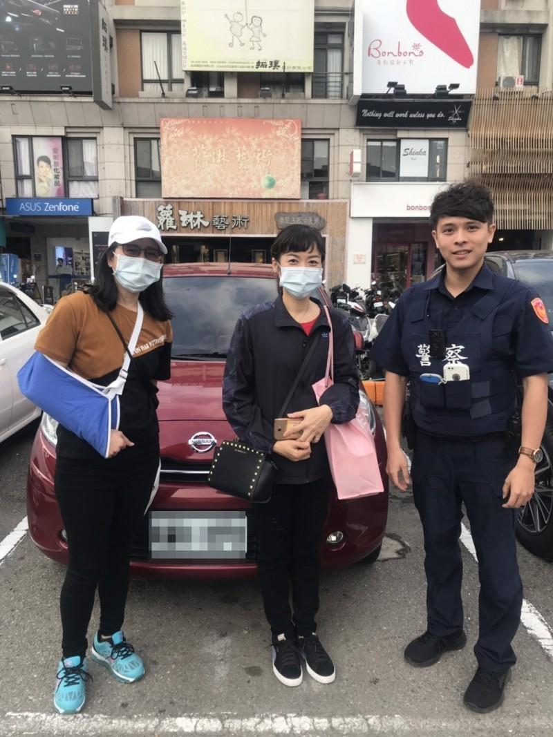 蔡員協助兩名女子順利找到愛車停放地點。(記者許國楨翻攝)