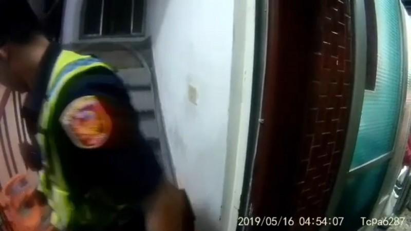 警方伺機把橘色的瓦斯桶取走。(記者張瑞楨翻攝)