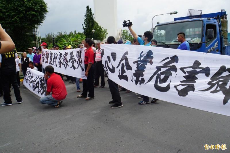 六輕氣爆賠償協調破局 麥寮民眾至六輕拉布條抗議。(記者詹士弘攝)