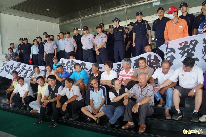 六輕氣爆賠償協調破局,麥寮民眾至六輕靜坐抗議。(記者詹士弘攝)