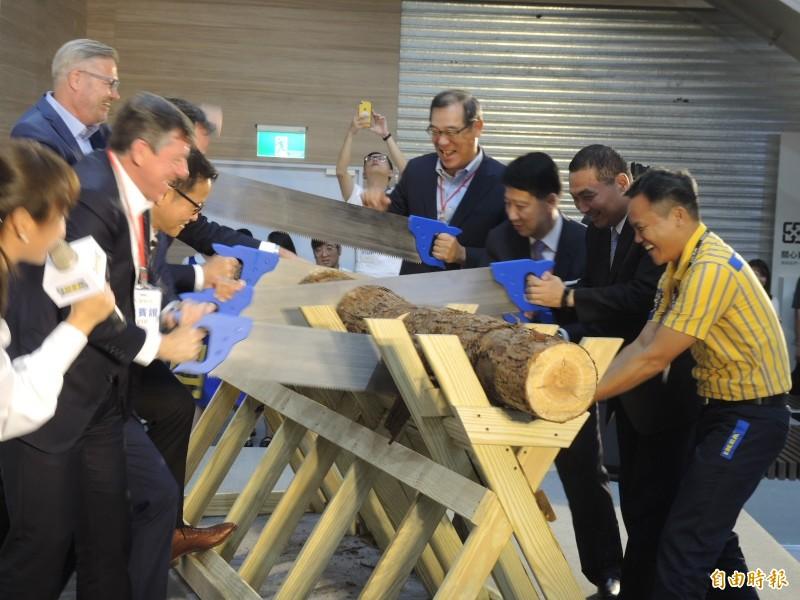 IKEA 新店店開幕,採取瑞典特色的鋸木剪綵儀式。(記者翁聿煌攝)
