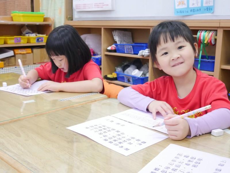 新北市自108學年度起建置「公立及非營利幼兒園招生E23」網站,採網路報名及現場紙本報名雙軌制。(新北市政府教育局提供)