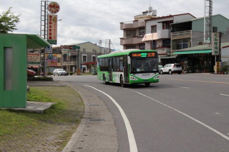 南市交通局安排綠幹線周末加密班次,提供民眾搭公車到左鎮化石園區參訪便利。(記者洪瑞琴翻攝)