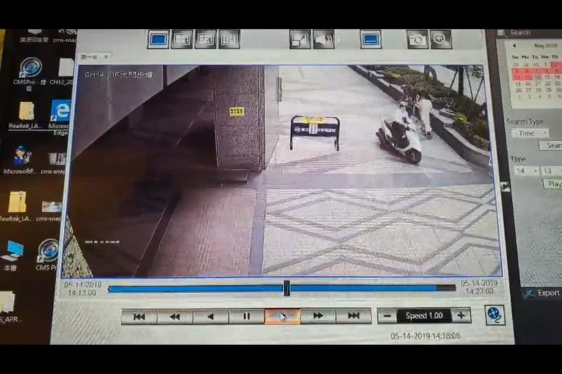 機車違規行駛在大樓開放空間。(葉元之服務處提供)
