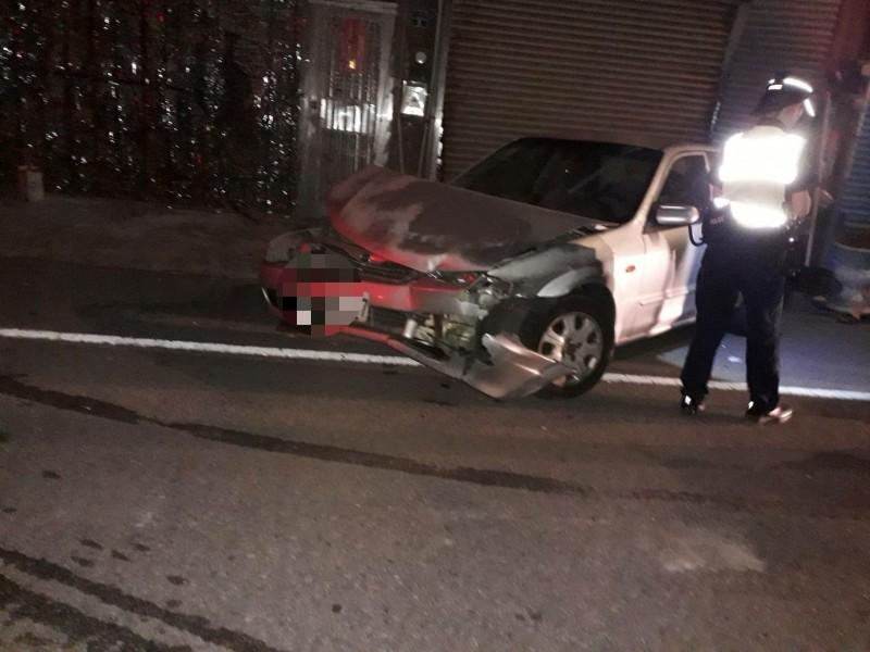好衰!車停路邊被車撞,還撞向鐵門。(記者蔡政珉翻攝)