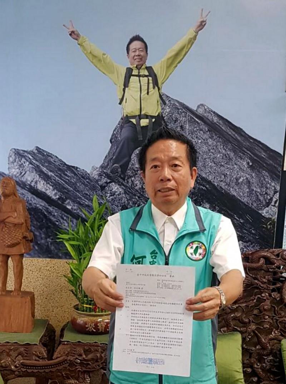 台中市議員何文海拿出公文表示,警方認定性騷擾案不成立。(記者張菁雅攝)