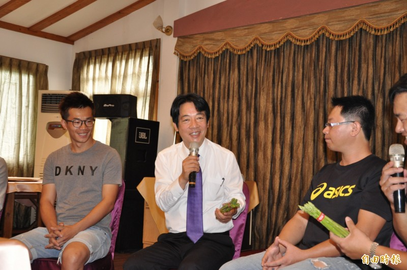 賴清德今天到苗栗縣三義西湖渡假村,與在地青農座談,受訪批韓國瑜的「總統兼行政院長」是「四不像!」(記者彭健禮攝)