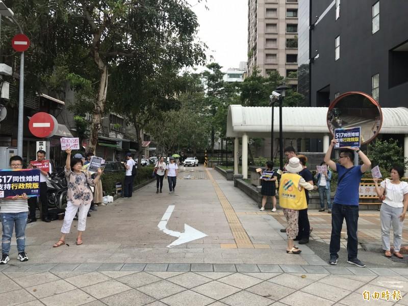 挺同、反同團體都各自有群眾、志工在立法院外舉牌、發傳單。(記者蘇芳禾攝)