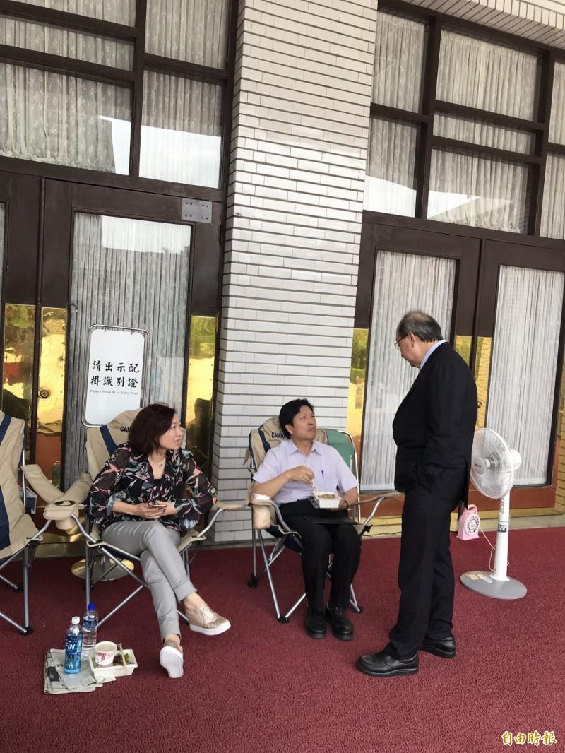 民進黨團總召柯建銘慰問在立法院議場門口排班的民進黨立委。(記者蘇芳禾攝)