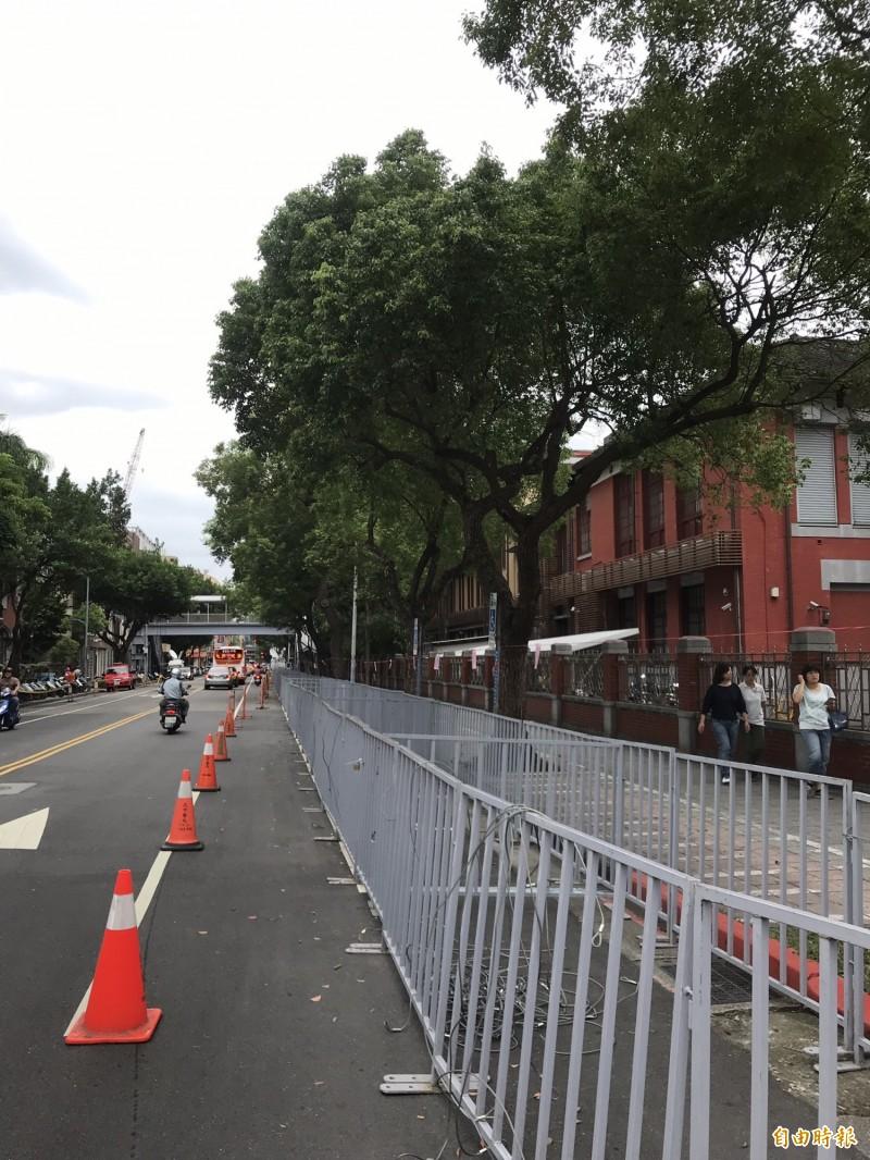 警方在立法院外架起柵欄。(記者蘇芳禾攝)